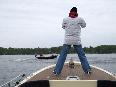 """Furchtlos und sicher steht die """"Bootshandel""""-Fotografin auf dem Vordeck der Susanna."""