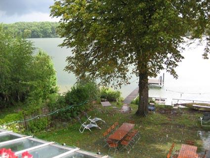 Auch bei schlechtem Wetter gute Aussicht: Blick aus einem Hotelzimmer auf den gewittrigen Kalksee