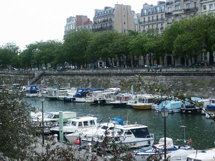Yachthafen in Paris. Wer sieht Anna Blume?