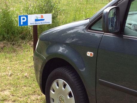 Anna-Blume-Parkplätze auf der Wiese neben dem Hafenbecken